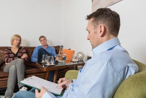 Paartherapeut Kevin Hall arbeitet mit einem Paar